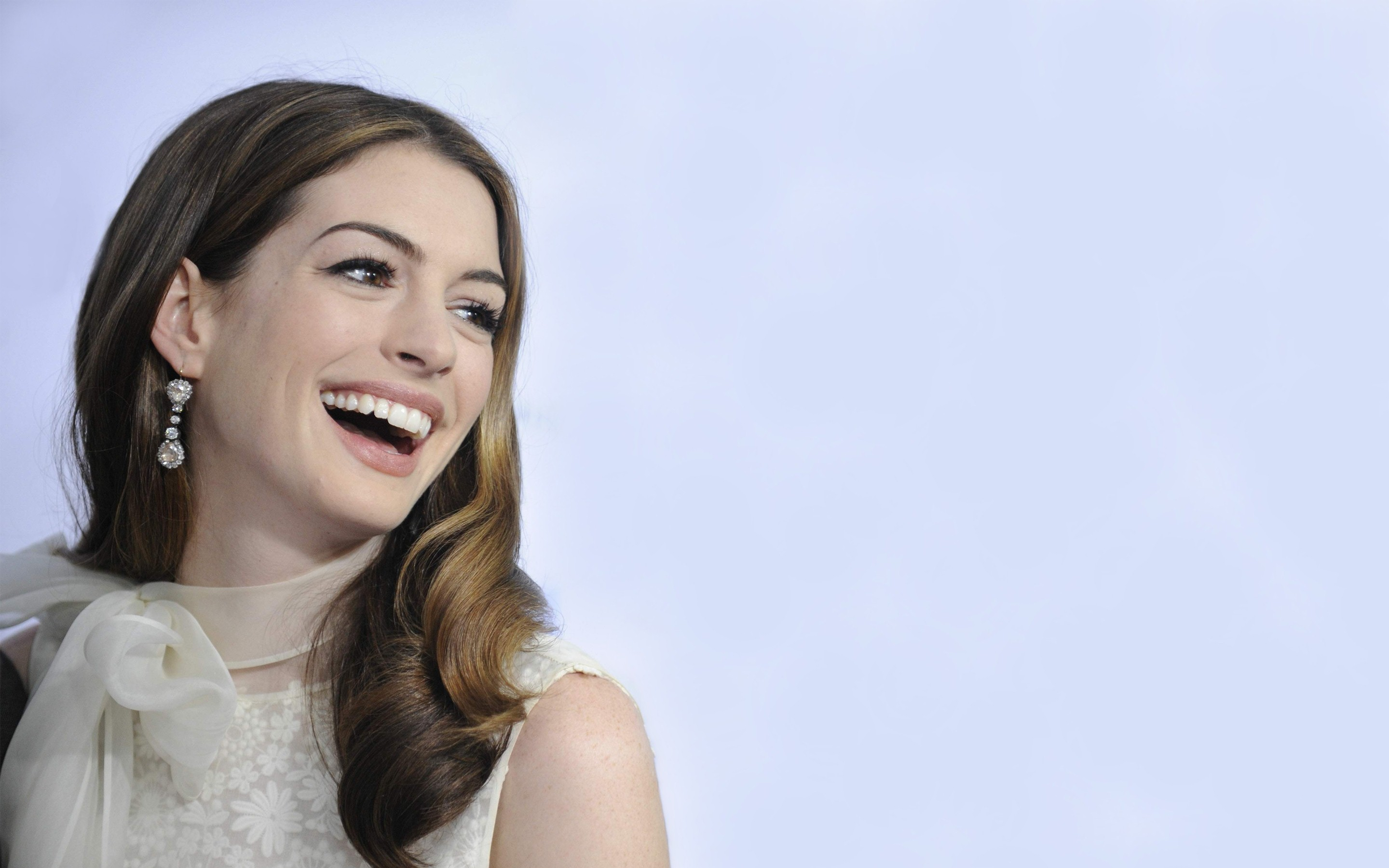 Cute_Smile_of_Anne_Hathaway_High_Definition_Wallpaper
