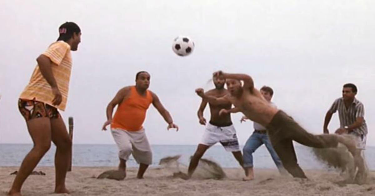 tre uomini e una gamba scena partita in spiaggia
